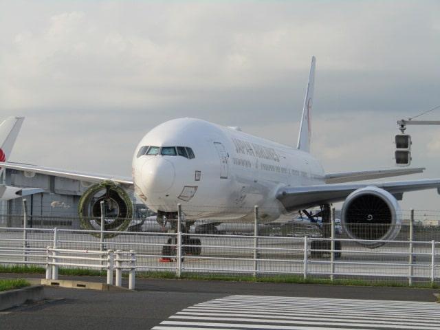 京急空港線の天空橋駅から見た羽田空港の敷地内です。