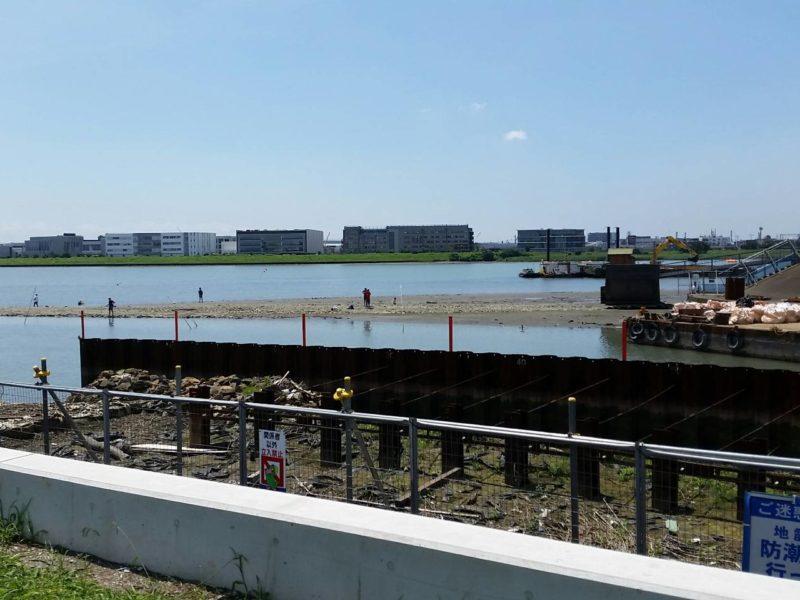 護岸工事の進む多摩川と海老取川の分流地点です。