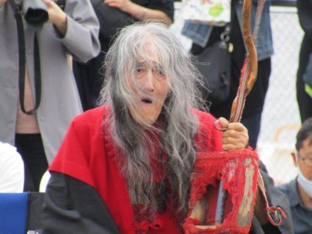 「念仏じょんがら」を踊るギリヤーク尼ケ崎さんです。