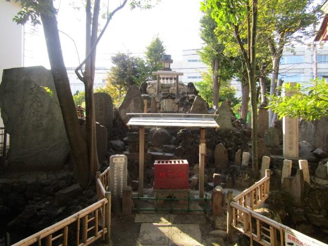 羽田神社境内の羽田富士です。