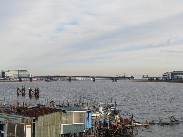 多摩川に建設中の新しい橋、羽田連絡道路です。