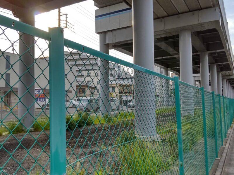 京急空港線の高架下です。