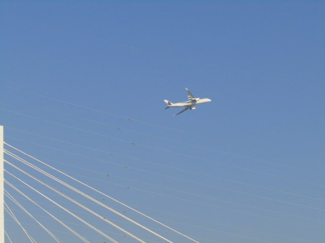 大師橋と羽田を飛び立った飛行機です。