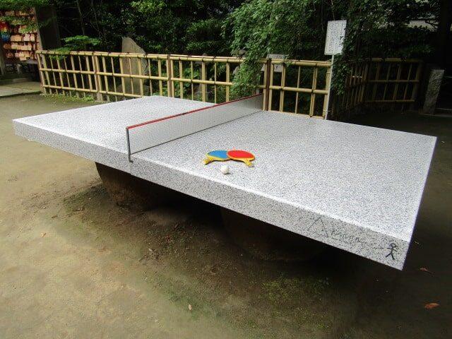 新田神社の石の卓球台です。