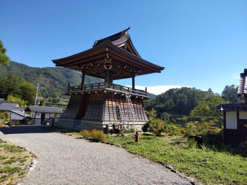 伊那の蓮華寺の鐘楼です。